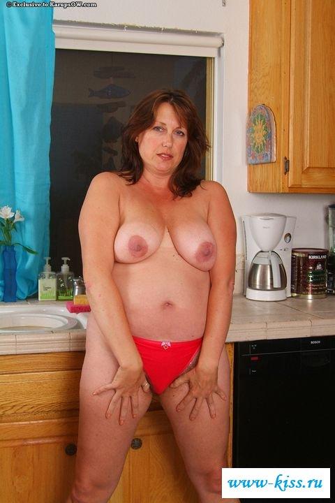 Шалунья сняла белье и трахает себя двумя пальцами во влагалище - порно фото